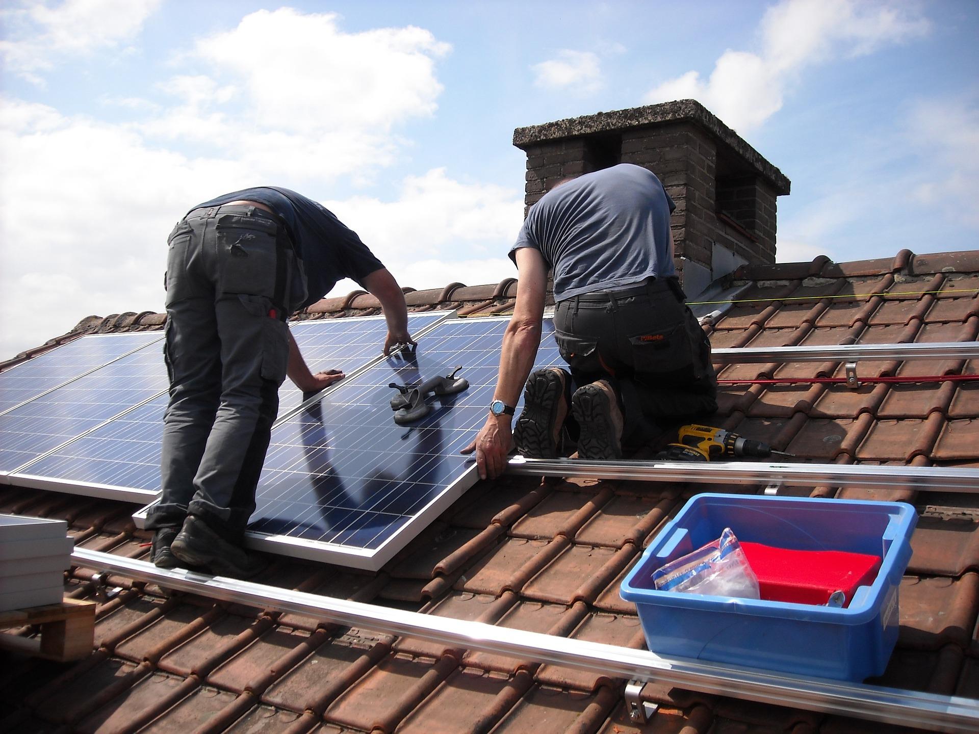 אנרגיה מתחדשת: הכל על לוחות סולאריים בבתים פרטיים