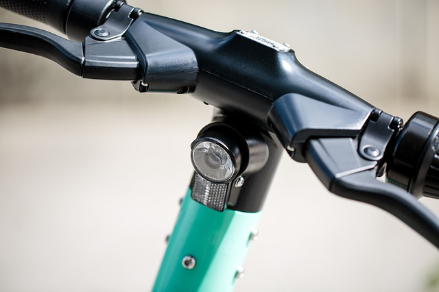 רכיבה בטוחה: המדריך לרוכבי האופניים והקורקינט החשמליים