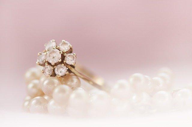 מצורת היד ועד למידה: כל מה שצריך לדעת על בחירת טבעת